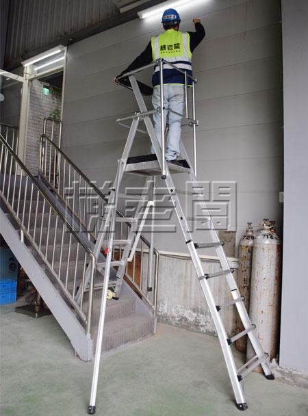 梯老闆-可調式高空平台梯,在樓梯間使用